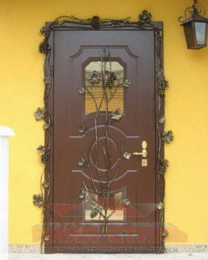Уличные металлические двери со стеклом и ковкой