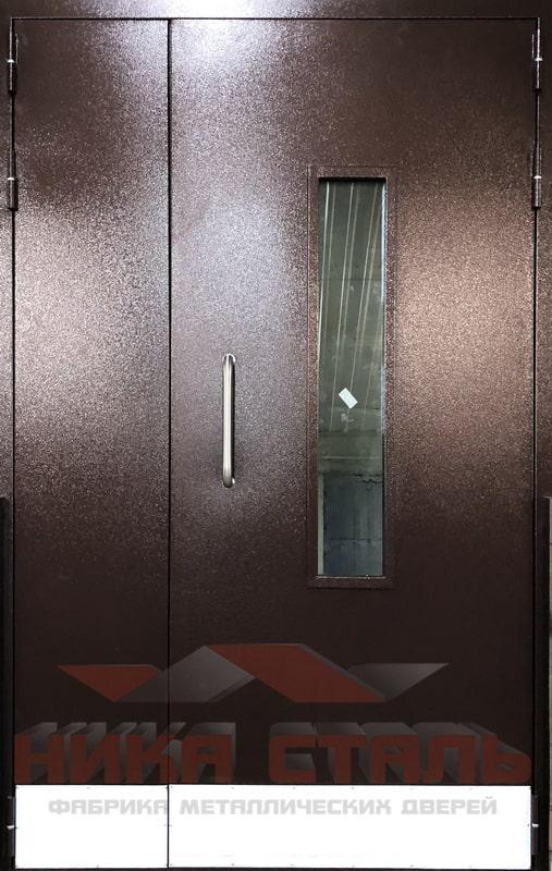 Двери в подъезде жилого дома
